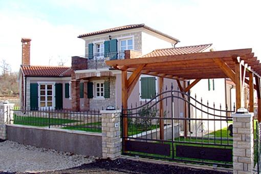 Schönes Einfamilienhaus mit Pool und Balkon