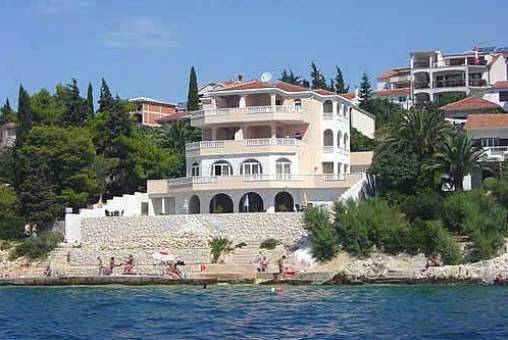 Große Villa direkt am Meer mit fünf Apartments und Pool