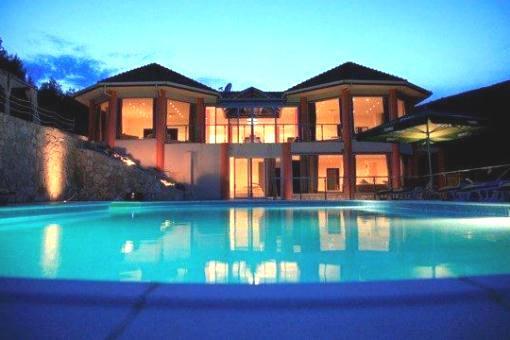 Beeindruckende Luxus-Villa in erster Meereslinie