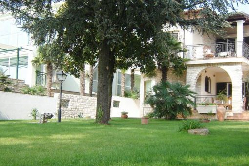 weitlaeufiger-garten-villa