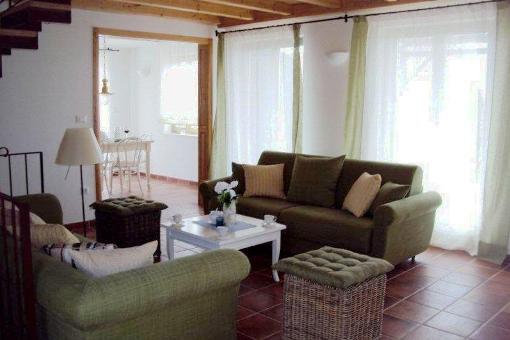 Wohnzimmer mit offenen Deckenbalken